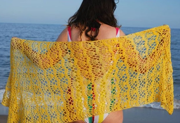 pareo de yellowknit para el yellow day de rosas crafts
